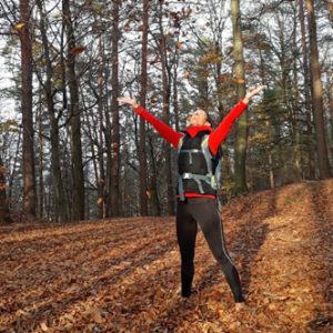 Stina genießt genießt den Herbstwald